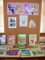 Exposição com livros de histórias sobre animais